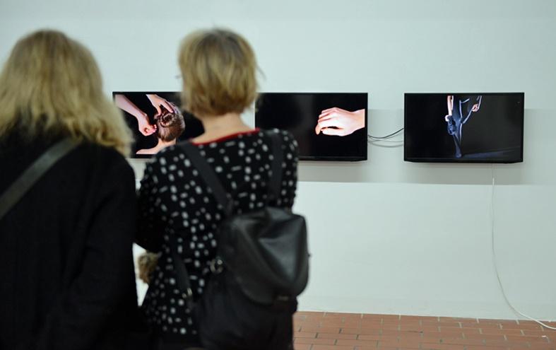ausstellungsansicht-entlarven-2018-3-kanal-videoloop-kunstverein-duisburg